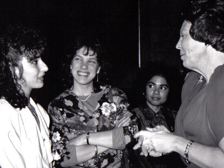 Guity Mohebbi was één van drie gekozen studenten met een vluchteling-achtergrond die, voor een buitengewone prestatie en bijdrage aan de samenleving, vereerd werd met een ontmoeting met koningin.